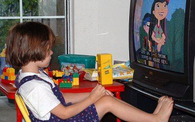 El tiempo viendo la televisión se relaciona con menor tiempo de sueño en la infancia