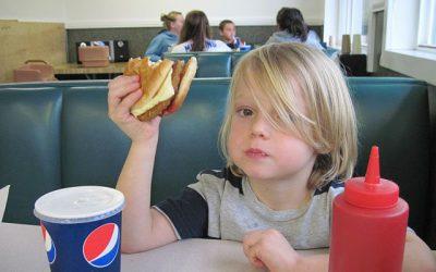 Los pediatras recomiendan seguir dando carne a los niños dentro de una dieta equilibrada